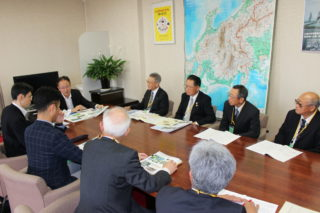 印藤北陸農政局長に要望する関川用水地区推進協議会の皆さん