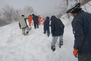 雪上車の通る道を人力で除雪します。