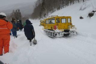 雪上車で笹ヶ峰ダムに向かいます