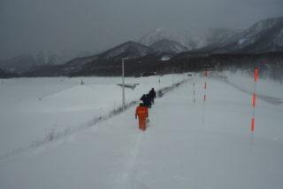 各種点検のため雪の中を徒歩で移動